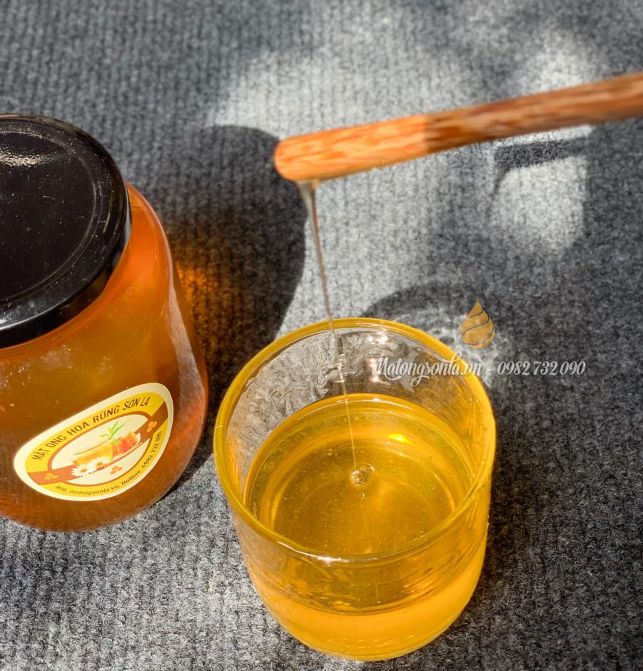 Mật ong đặc sánh, có độ kết dính cao